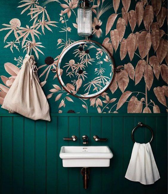 Du papier peint dans la salle de bain